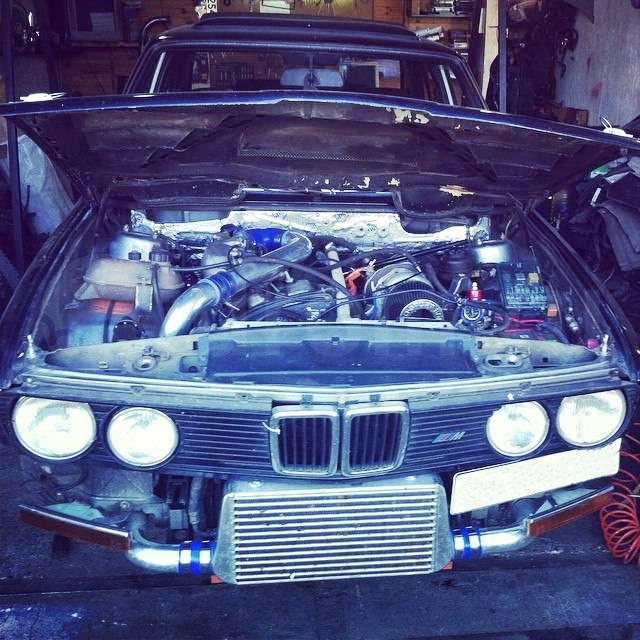 (ロシア)3S-GTEターボエンジン縦置き換装!E28型BMW5シリーズ&フィアット500(チンクチェント)の草ヒロ動画