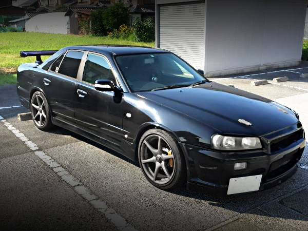 R34 SKYLINE 4-DOOR EXTERIOR SIDE