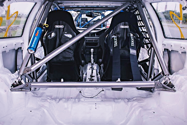 INTERIOR ROLLBAR AND FULL-BUCKET SEAT