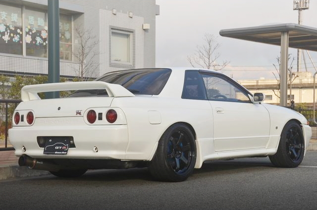 REAR EXTERIOR R32 SKYLINE GT-R WHITE