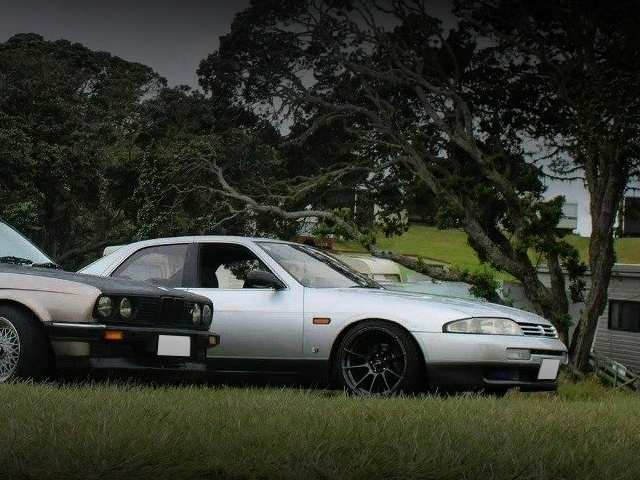 RIGHT SIDE EXTERIOR R33 SKYLINE 4-DOOR