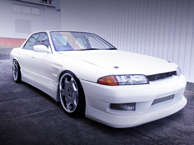 FRONT FACE R32 SKYLINE 4-DOOR WHITE