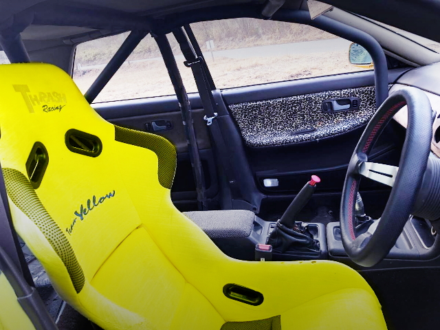 YELLOW BUCKET SEAT AND ROLLBAR