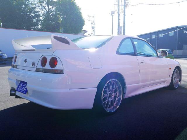 REAR EXTERIOR R33 GT-R WHITE
