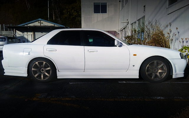 SIDE EXTERIOR R34 SKYLINE 4-DOOR