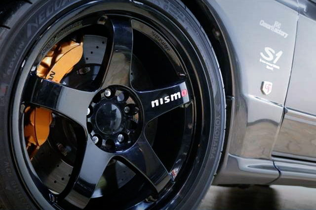 NISMO WHEEL AND BRAKE CALIPER