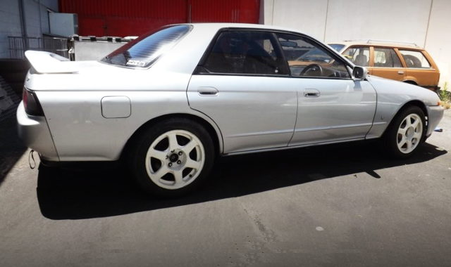 SIDE EXTERIOR R32 SKYLINE 4-DOOR