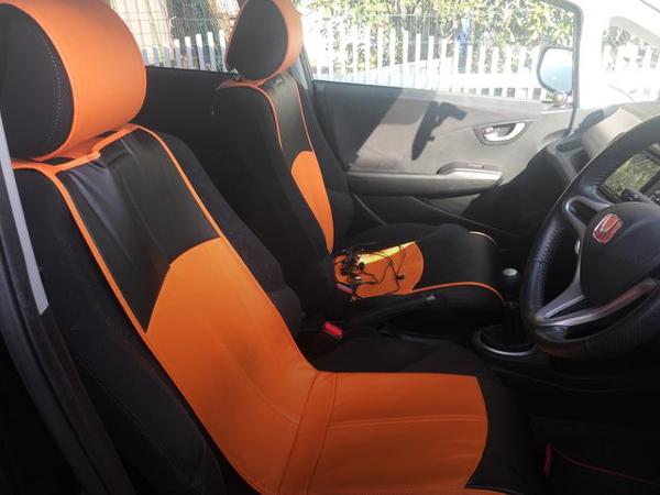 INTERIOR BLACK AND ORANGE SEAT