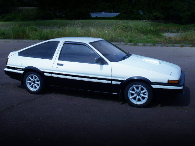 RIGHT SIDE EXTERIOr PANDA COLOR AE86 TRUENO GT-APEX