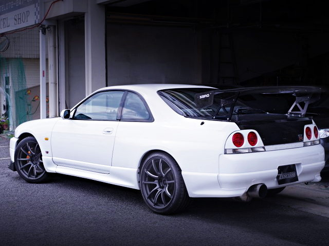 REAR EXTERIOR R33 SKYLINE GT-R OF WHITE COLOR