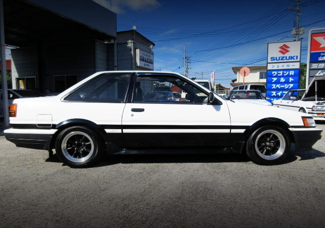 SIDE EXTERIOR AE86 LEVIN GT-APEX PANDA TWO TONE