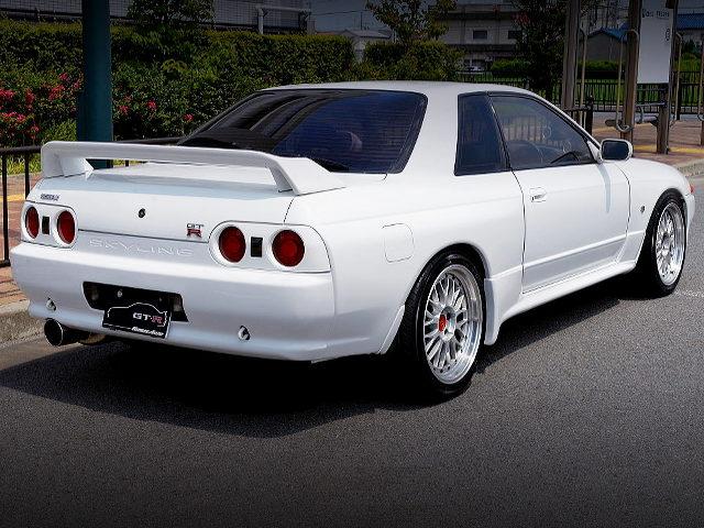 REAR EXTERIOR R32 SKYLINE GT-R WHITE