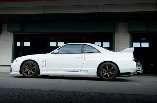 LEFT SIDE EXTERIOR OF R33 GT-R