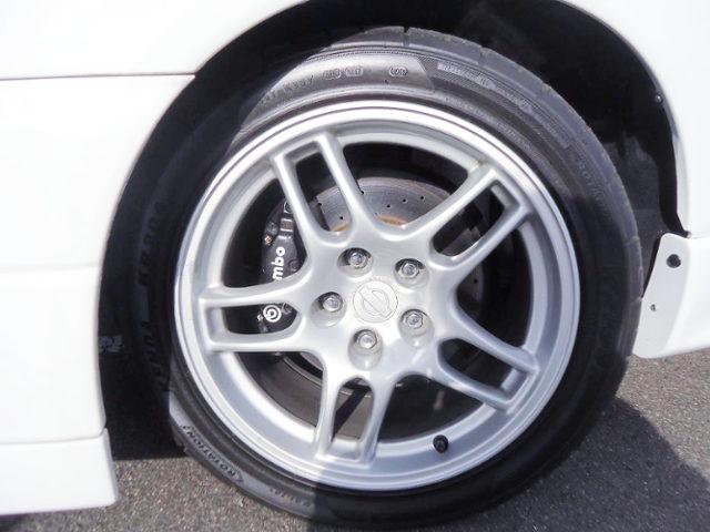 Brembo CALIPER AND R33 GT-R 17-inch WHEEL
