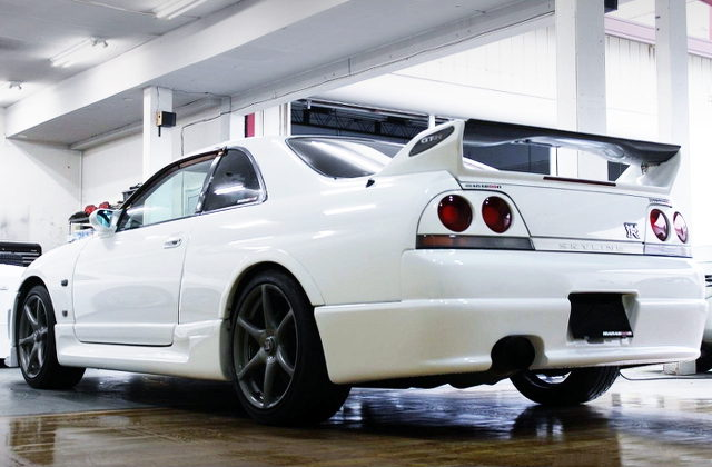 REAR EXTERIOR OF R33 SKYLINE GT-R WHITE