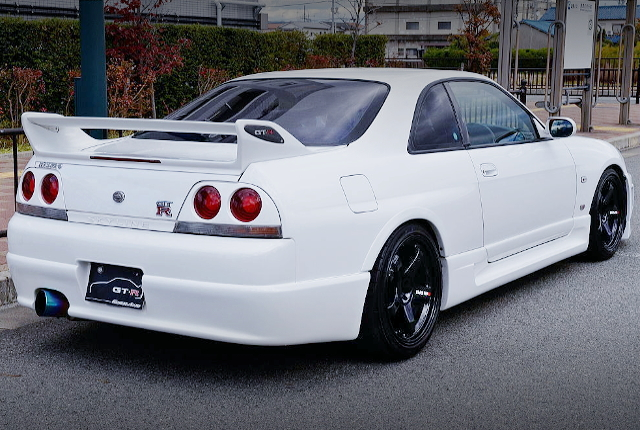 REAR EXTERIOR OF R33 GT-R TO WHITE