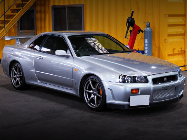 FRONT EXTERIOR OF R34 SKYLINE GT-R TO SILVER