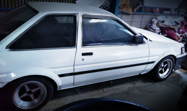 RIGHT SIDE EXTERIOR OF AE85 LEVIN 2-DOOR.