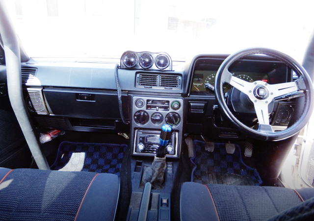 INTERIOR CUSTOM DASHBOARD OF AA63 CARINA 4-DOOR INTERIOR