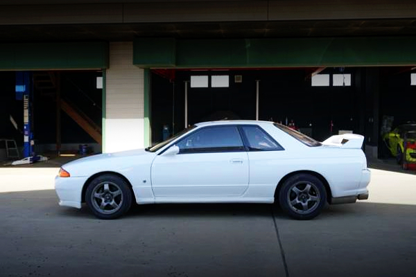 LEFT-SIDE EXTERIOR OF R32 GT-R WHITE