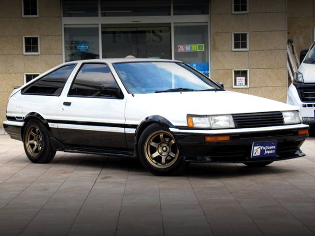 FRONT EXTERIOR OF AE86 LEVIN GTV TWO-TONE COLOR.