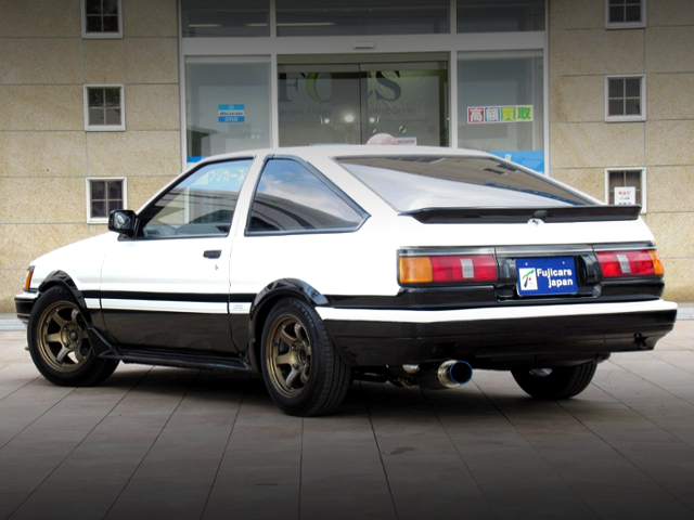 REAR EXTERIOR OF AE86 LEVIN GTV TWO-TONE COLOR.