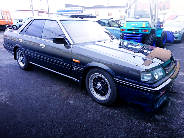 FRONT EXTERIOR OF R31 SKYLINE 4-DOOR GT PASSAGE BLUE BLACK PAINT.