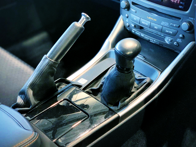 SIDE BRAKE AND MANUAL SHIFT KNOB.