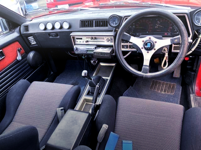 INTERIOR OF DR30 SKYLINE CUSTOM DASHBOARD.