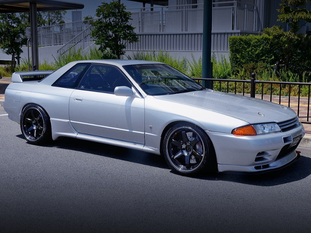 FRONT EXTERIOR OF R32 GT-R V-SPEC SILVER.