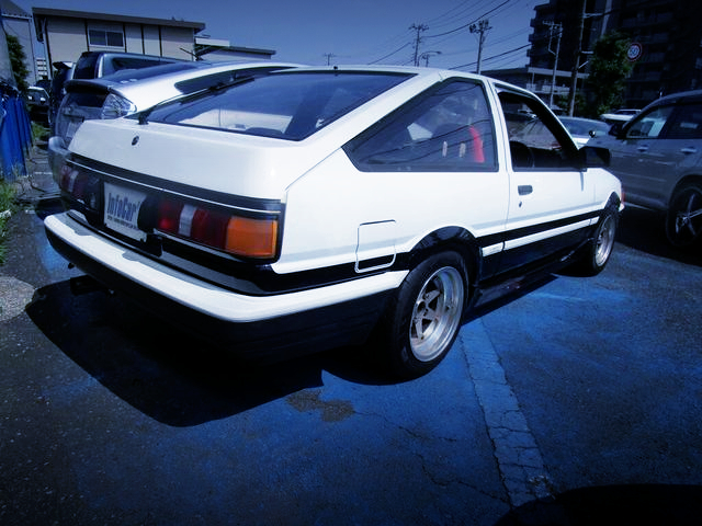 REAR EXTERIOR OF AE86 LEVIN GT-APEX TO HIGH-TECH TWO-TONE COLOR.
