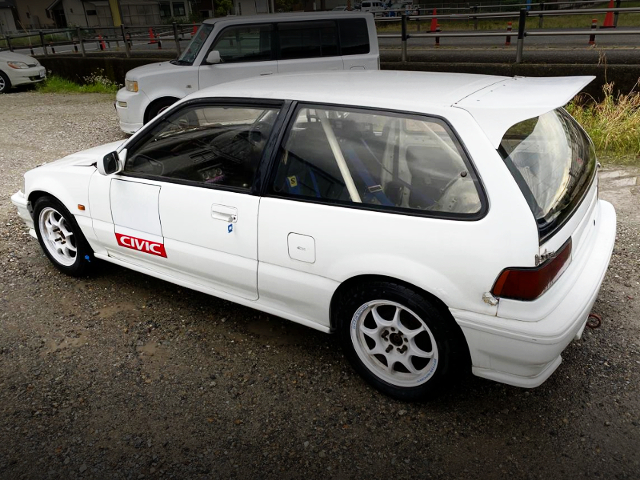 REAR EXTERIOR OF EF9 CIVIC HATCH TO WHITE.