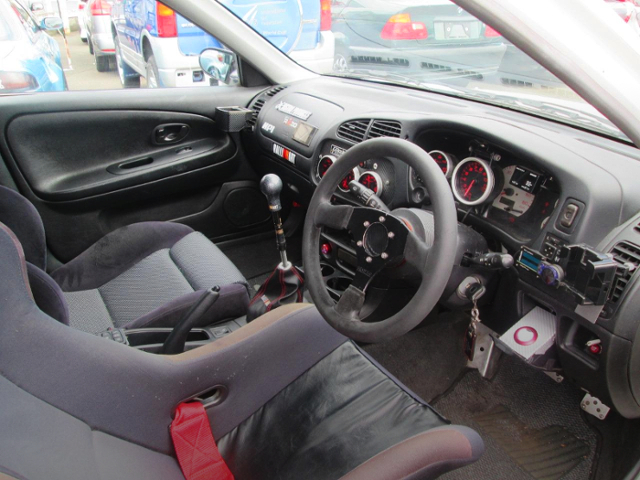 INTERIOR OF EVO5 GSR.
