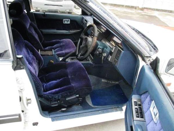 DRIVER'S INTERIOR OF R31 SKYLINE GT PASSAGE.