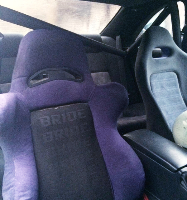 ROLL BAR AND DRIVER'S BRIDE SEAT.