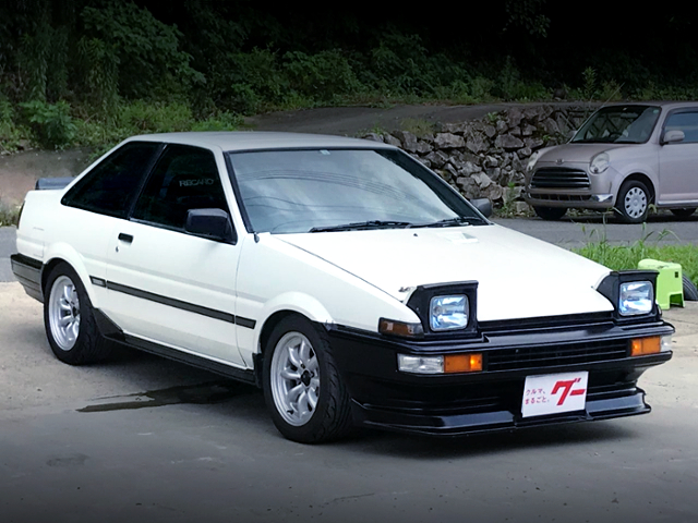 FRONT EXTERIOR OF AE86 TRUENO GT-APEX WHITE.