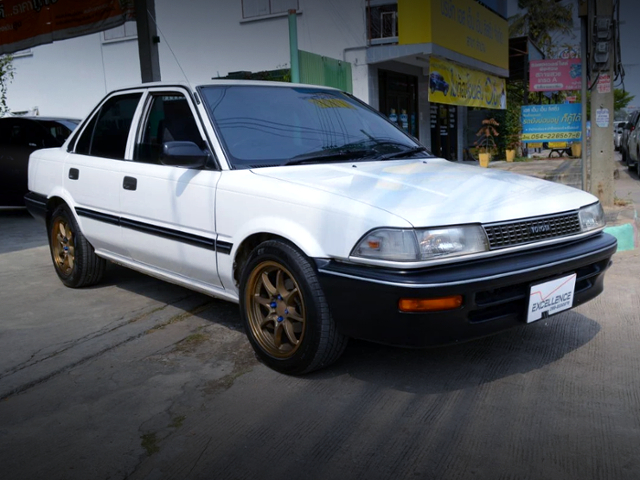 FRONT EXTERIOR OF EE90 COROLLA 4-DOOR SEDAN TO WHITE.