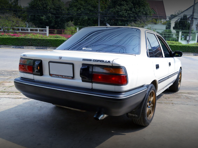 REAR EXTERIOR OF EE90 COROLLA 4-DOOR SEDAN TO WHITE.