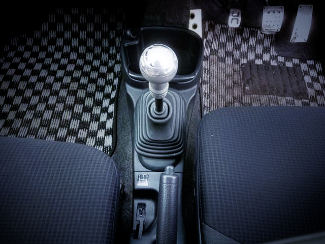 5-SPEED MANUAL SHIFT KNOB.