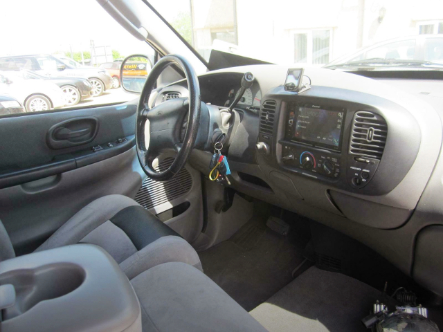 FORD F-150 SVT LIGHTNING STEERING AND DASHBOARD.