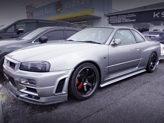 FRONT EXTERIOR OF R34 SKYLINE GT-R SILVER.
