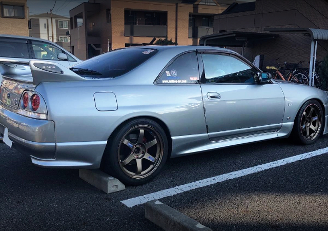 RIGHT SIDE EXTERIOR OF R33 GT-R V-SPEC.