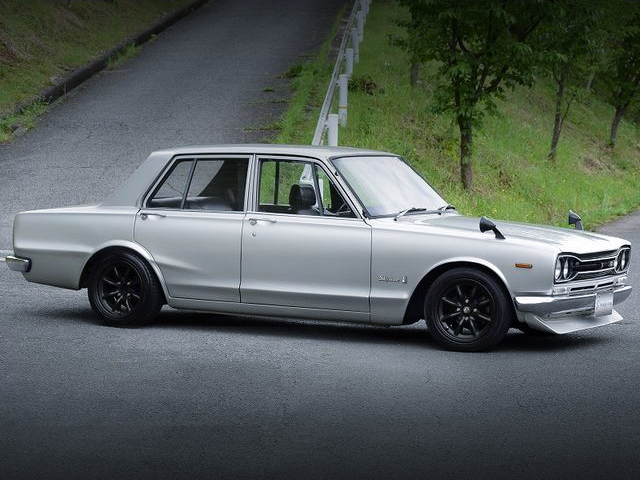 FRONT RIGHT-SIDE EXTERIOR OF GC10 HAKOSUKA 4-DOOR TO SILVER.