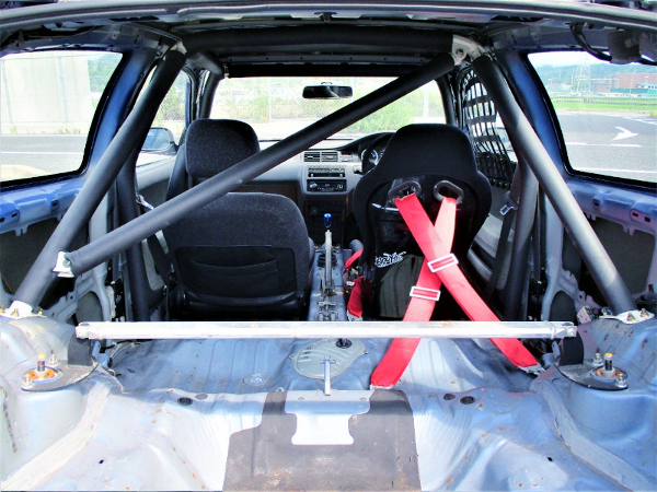 ROLL BAR AND TWO-SEATER CUSTOM OF EGCIVIC HATCH.