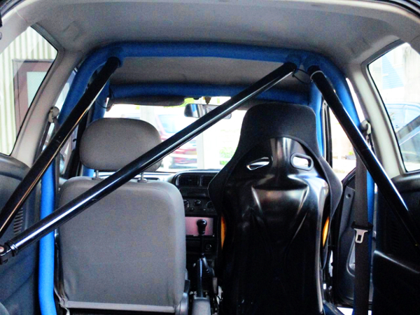 DRIVER'S FULL BUCKET SEAT AND TWO-SEATER.