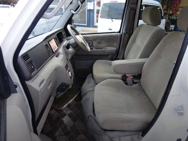 INTERIOR FRONT SEATS.