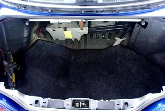 TRUNK ROOM OF R33 SKYLINE 2-DOOR.