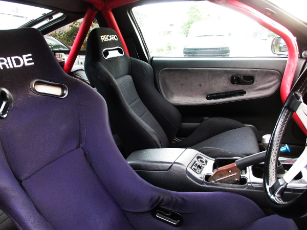 INTERIOR SEATS AND ROLL CAGE.