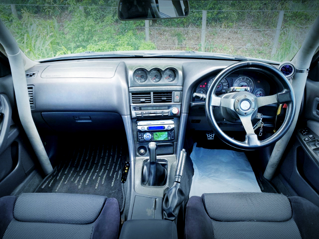 ER34 SKYLINE SEDAN DASHBOARD AND ROLLBAR.