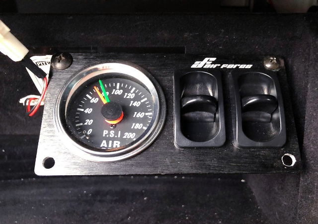 AIR-SUSPENTION SWITCHES AND GAUGE.